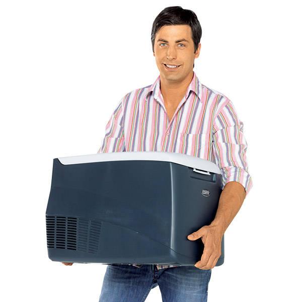 автомобильный холодильник ezetil ezc 35 в руках у довольного покупателя